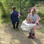 Bärenkinder beim Müllsammeln